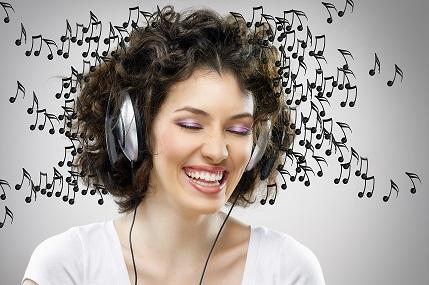 pige med høretelefoner